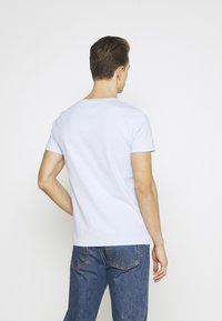 Tommy Hilfiger - LOGO TEE - T-shirt z nadrukiem - sweet blue - 2