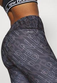 New Balance - PRINTED ACCELERATE CAPRI - Pantalon 3/4 de sport - black - 6