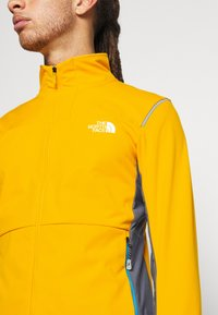 The North Face - SPEEDTOUR JACKET - Softshelljakke - summit gold/grey - 4