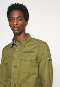 Tommy Jeans - CARGO JACKET - Summer jacket - uniform olive - 4