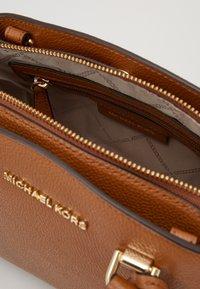 MICHAEL Michael Kors - MAXINE MESSENGER - Handbag - acorn - 3