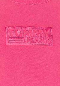 Tommy Jeans Plus - TONAL LOGO CREW - Felpa - bright cerise pink - 2