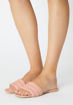Sandalias planas - pink powder