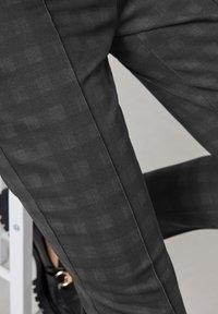 Gerry Weber - MIT SCHATTENKARO - Trousers - anthra/schwarz - 2