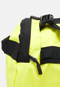 The North Face - BASE CAMP DUFFEL M UNISEX - Sports bag - light yellow - 6