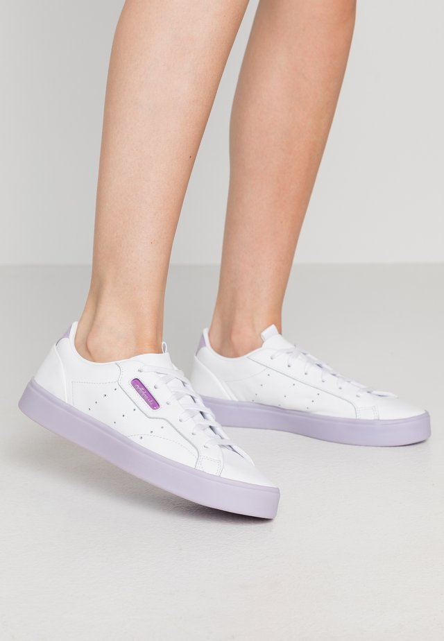ADIDAS SLEEK  - Sneakersy niskie - footwear white/bli purple/shock purple