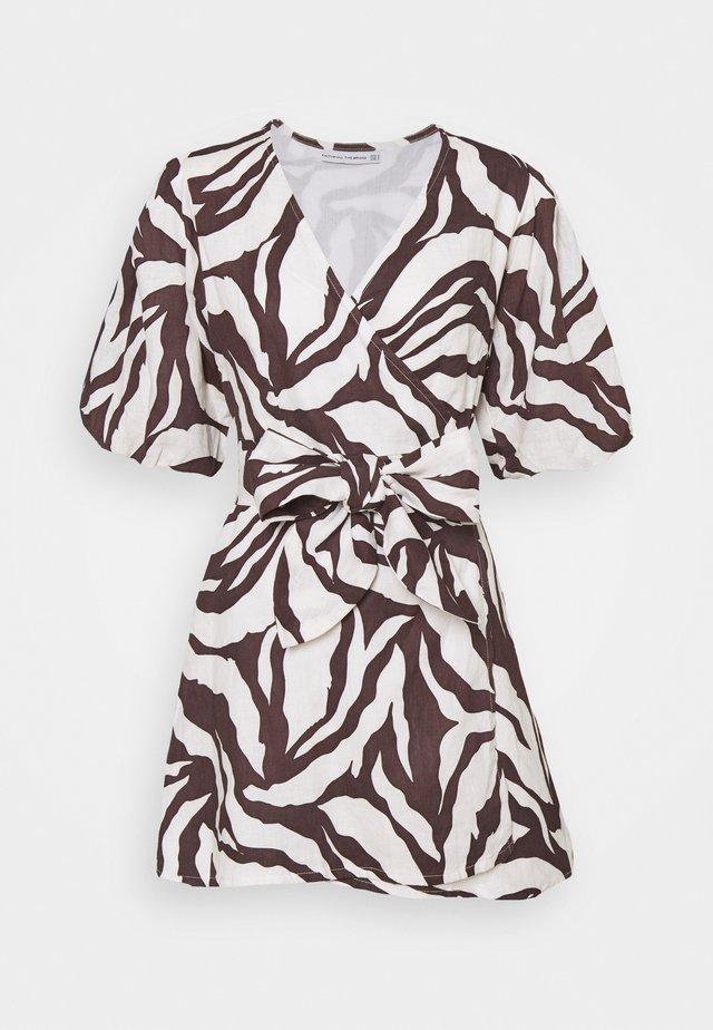 GODIVA WRAP DRESS - Denní šaty - brown