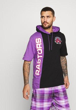 NBA TORONTO RAPTORS SHORTSLEEVE SPLIT HOODY - Klubové oblečení - black/purple