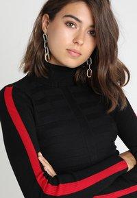 Morgan - MENTOI - Sweter - noir/rouge - 4