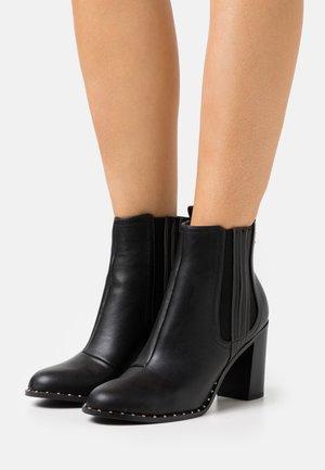 BARE CASUAL HEELED CHELSEA - Kotníková obuv na vysokém podpatku - black