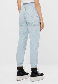 Bershka - MIT KETTE - Trousers - light blue - 2