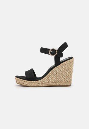 SIGNATURE WEDGE - Sandalen met plateauzool - black