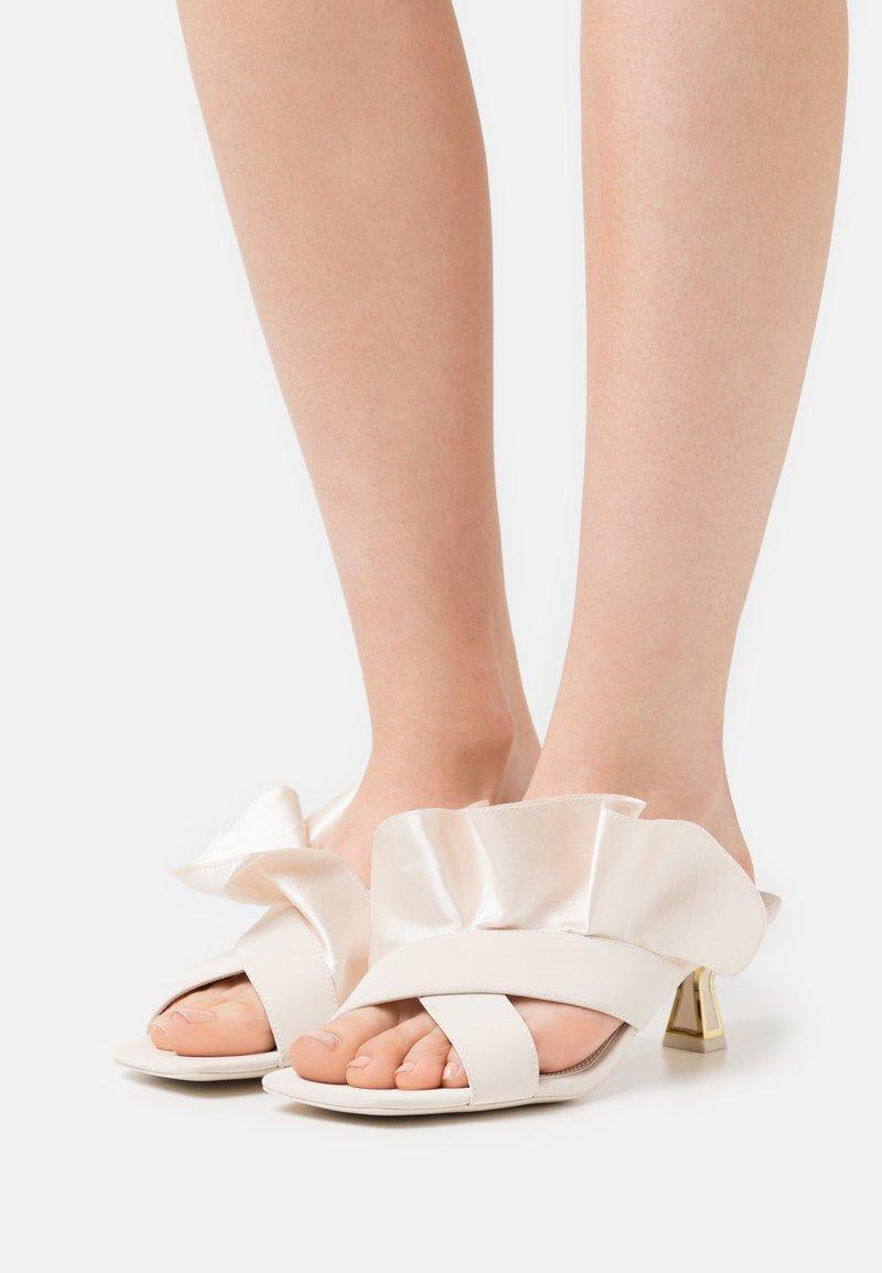 Kat Maconie - DIA - Pantofle na podpatku - white