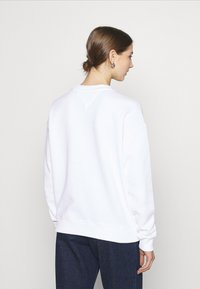 Tommy Jeans - LINEAR CREW NECK - Bluza - white - 2