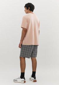 PULL&BEAR - MIT MICHELANGELO-WERK - Print T-shirt - pink - 1