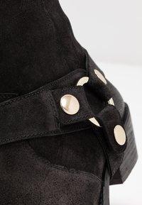 Steve Madden - GALLOW - Cowboy/biker ankle boot - black - 2