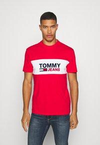 Tommy Jeans - PIECED BAND LOGO TEE - T-shirt z nadrukiem - deep crimson - 0