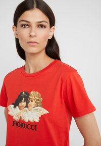 Fiorucci - VINTAGE ANGELS TEE  - Print T-shirt - blood orange - 4