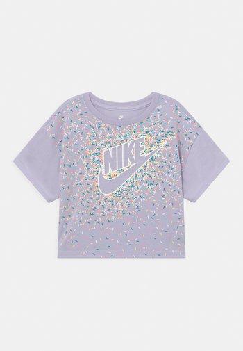 DRAPEY GRAPHIC - Print T-shirt - purple chalk