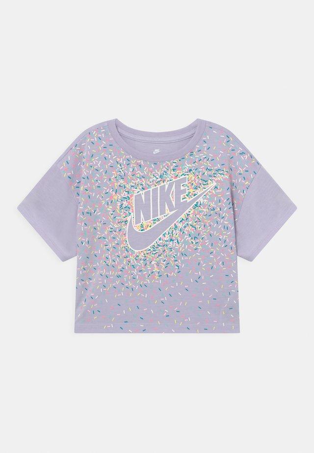 DRAPEY GRAPHIC - T-shirt print - purple chalk