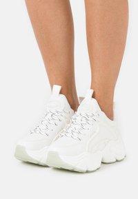 Buffalo - VEGAN BINARY - Sneakersy niskie - white - 0