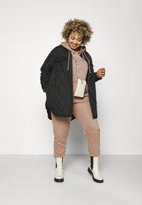 Vero Moda Curve - VMSIMONELOA SHIRT JACKET - Light jacket - black - 1
