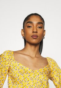 Hollister Co. - Blusa - yellow floral - 3