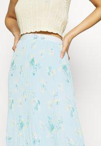 Vila - VIPLISSEA NEW MIDI SKIRT - Pleated skirt - faded denim - 4
