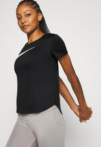 Nike Performance - RUN - T-shirt imprimé - black/silver/white