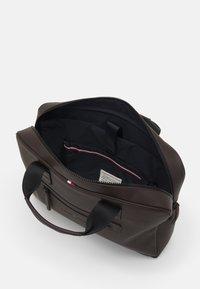 Tommy Hilfiger - ESSENTIAL COMPUTER BAG UNISEX - Laptop bag - brown - 2