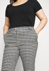 CAPSULE by Simply Be - HOUNDSTOOTH TAPERED TROUSERS - Trousers - black/white - 3