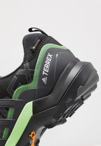 adidas Performance - TERREX SWIFT R2 GORE-TEX - Hikingsko - core black/dough solid grey/signal green - 5