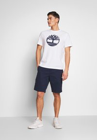 Timberland - KENNEBEC - T-shirt z nadrukiem - white - 1