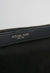Michael Kors - KENTTRAVEL POUCH - Handbag - black - 3