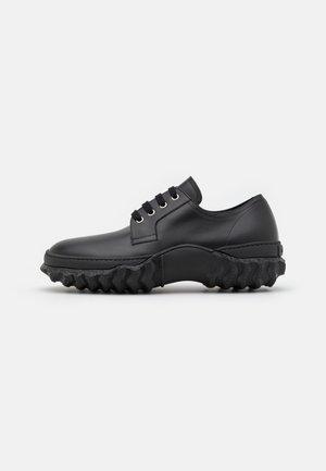 PLUEI DERBY - Zapatos de vestir - black