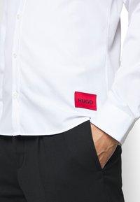 HUGO - Formal shirt - open white - 5