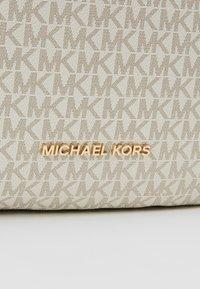 MICHAEL Michael Kors - LILLIE CHAIN TOTE  - Shoppingveske - vanilla/acrn - 6