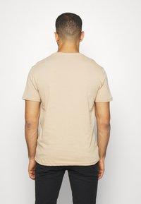 Pier One - 3 PACK - T-Shirt basic - khaki/tan/dark blue - 2