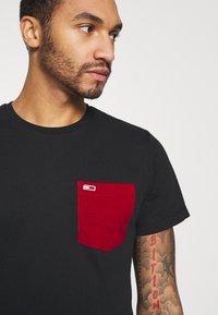 Tommy Jeans - CONTRAST POCKET TEE  - T-shirt z nadrukiem - black - 4