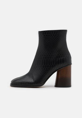 VEGAN EDITA - Ankelboots med høye hæler - black