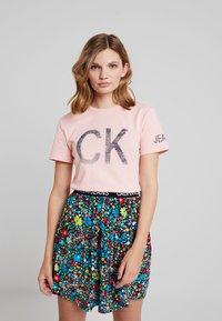 Calvin Klein Jeans - REVERSED LOGO MODERN SLIM TEE - Printtipaita - blossom - 0