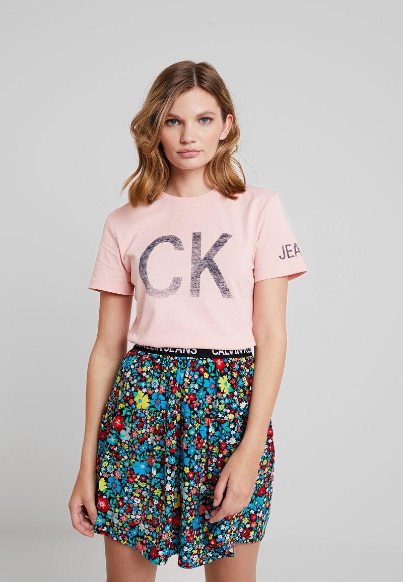 Calvin Klein Jeans - REVERSED LOGO MODERN SLIM TEE - Printtipaita - blossom