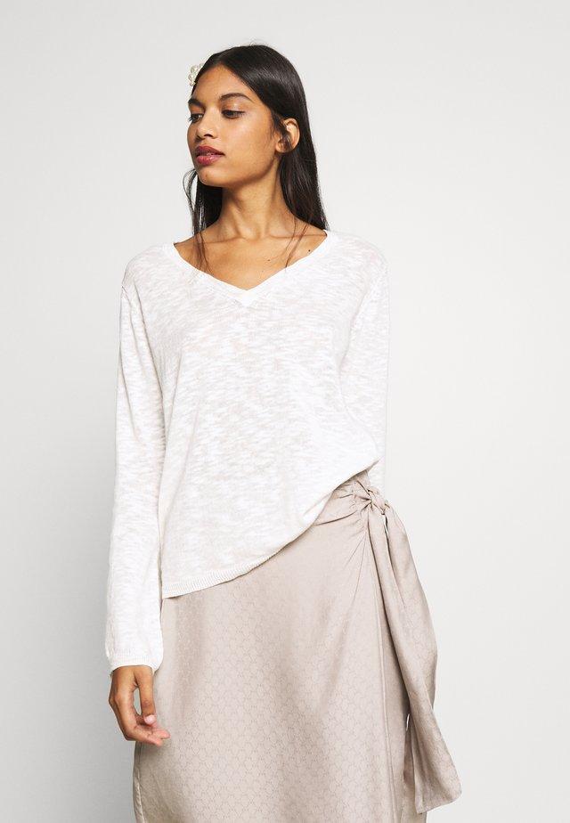 TALIALN FLARED - Sweter - chalk
