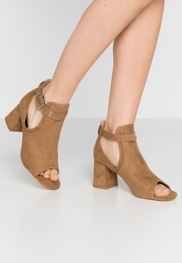 WIDE FIT SUPER BLOCK HEEL - Sandály - tan