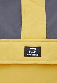 PULL&BEAR - KOMBINIERTE WINDBREAKER-JACKE MIT BAUCHTASCHE UND KAPUZE 0971495 - Windbreaker - yellow - 6