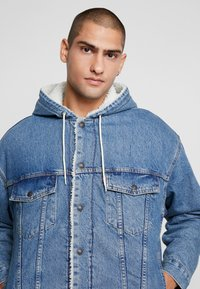 Levi's® - HOODED SHERPA TRUCKER - Allvädersjacka - blue denim