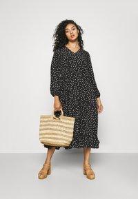 Glamorous Curve - TIERED DRESS - Denní šaty - black tulip - 1