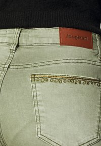 Desigual - PANT ANKLE PAISLE - Jeans Skinny - green - 4