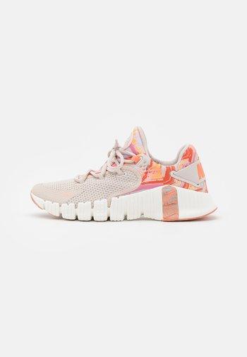 FREE METCON 4 - Zapatillas de entrenamiento - desert sand/metallic copper/crimson bliss/summit white