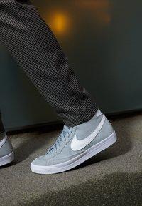 Nike Sportswear - BLAZER MID '77 UNISEX - Zapatillas altas - light smoke grey/white/black - 2